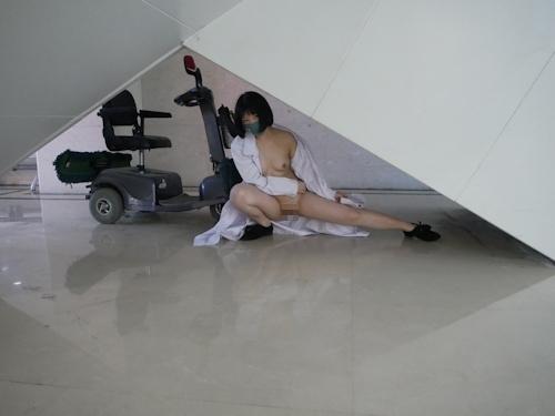 病院内で全裸露出プレイしてるナースのヌード画像 15