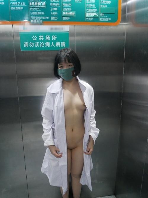 病院内で全裸露出プレイしてるナースのヌード画像 17
