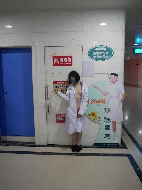 病院内で全裸露出プレイしてるナースのヌード画像 18