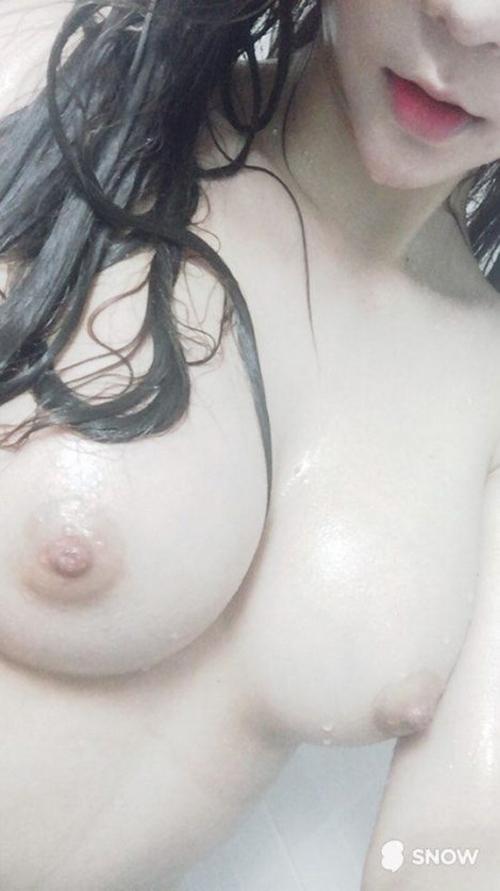 美乳な韓国素人女性の自分撮りヌード画像 5