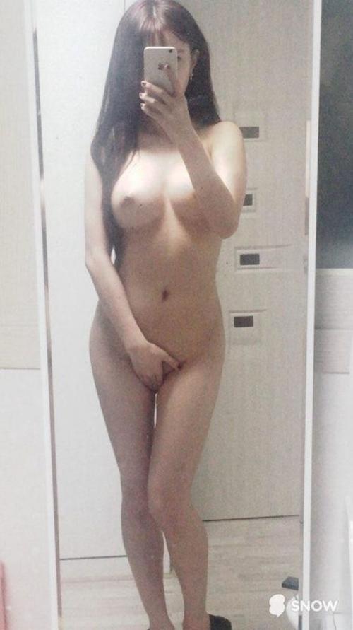 美乳な韓国素人女性の自分撮りヌード画像 14