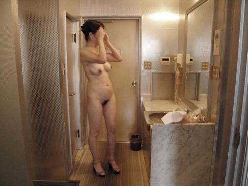 巨乳な熟女をホテルで撮影したヌード画像 6
