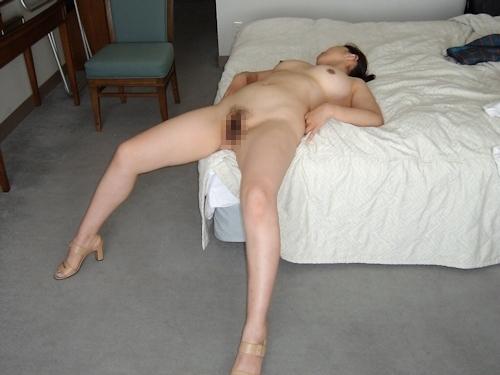 巨乳な熟女をホテルで撮影したヌード画像 8