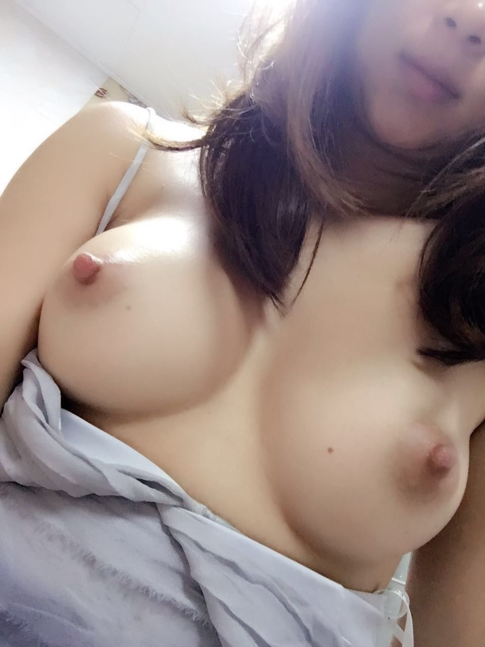美乳な美人妻のおっぱい画像 8