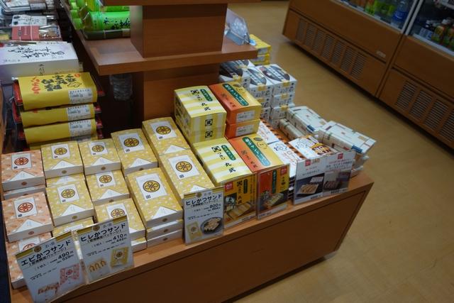 羽田空港搭乗エリア内の売店2.jpg