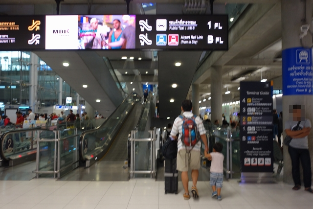 スワンナプーム国際空港エアポートレールリンクへ.jpg