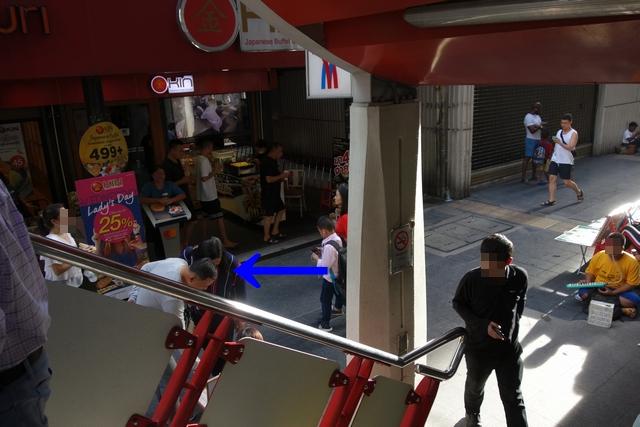 サイアム駅階段降りて反対に.jpg
