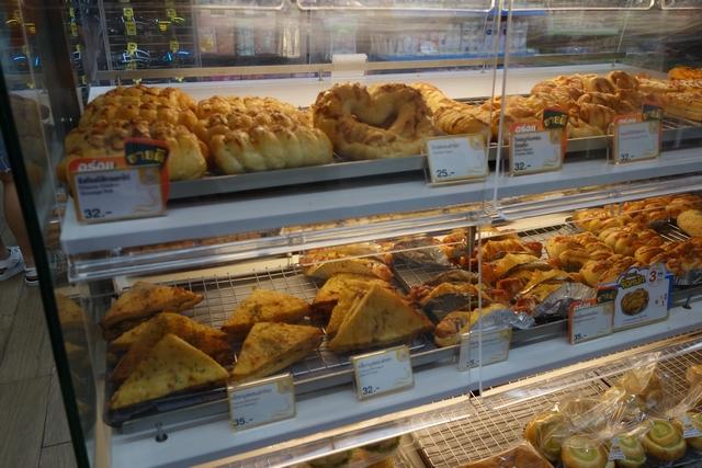 ノボテル向かいのセブン パン.jpg