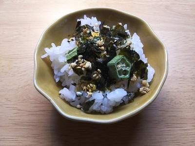野菜ふりかけをかけたご飯