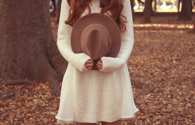 森の中にいる白いワンピースの女性
