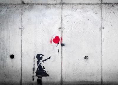 壁に女の子と風船の絵