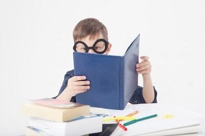勉強する外国の子ども