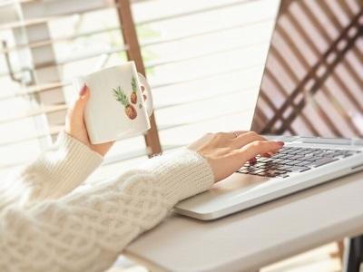 ニットの女性がパソコンをしている