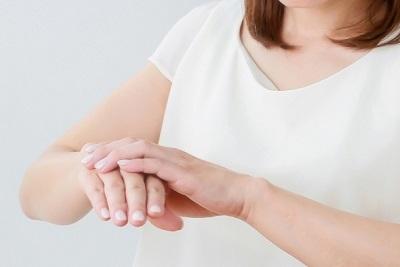 手を気にする女性