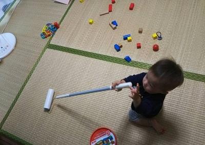 コロコロを転がして遊ぶ息子の図