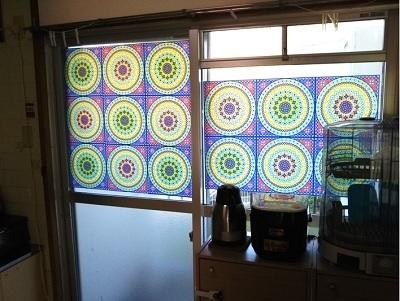 窓にステンドグラス風シールを張った