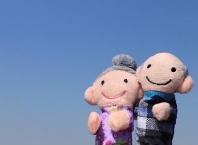 空を見上げる老夫婦人形