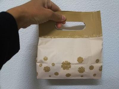 お菓子の入った紙袋 伊田製菓店