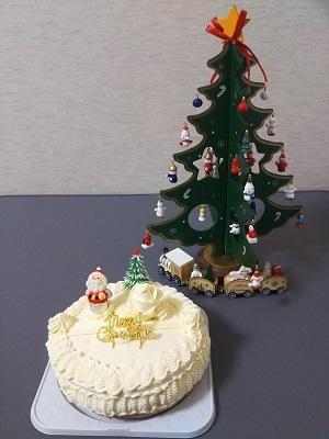 クリスマスツリーと共にクリスマスケーキ