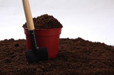 土とスコップと植木鉢
