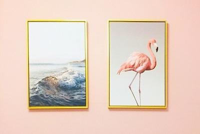 ピンクの壁に絵
