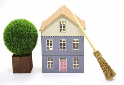 丸い木と家とほうき