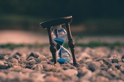 砂が落ちている砂時計