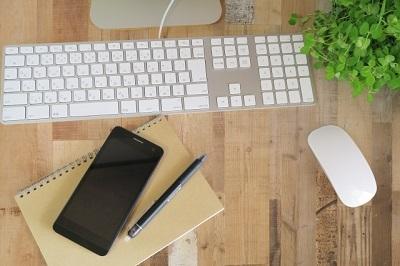 木目のデスクとキーボード