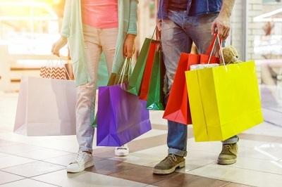 ショッピングする男女