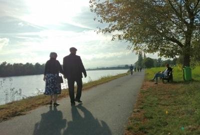 川辺を歩く老夫婦