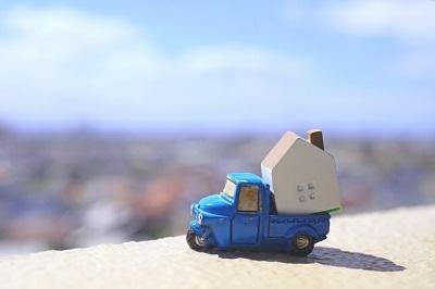 引っ越し 家を運ぶトラック