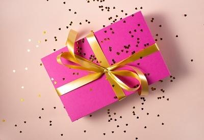 プレゼント ピンクの包装紙 金のリボン