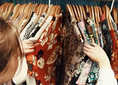 派手な服を選ぶ外国人女性