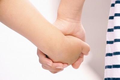 手をつなぐ 親子