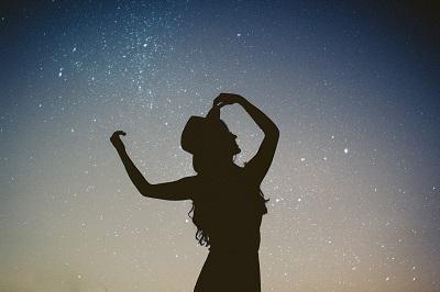 星の下 女性 シルエット