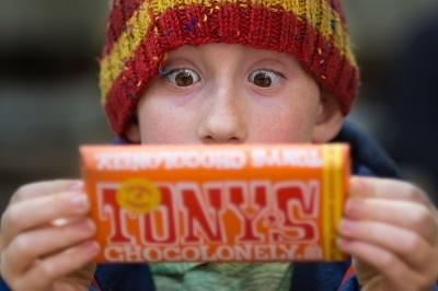 チョコレートを凝視する少年
