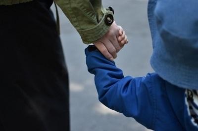 母と子 手をつなぐ 長袖