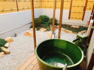 庭 温泉 カップル 空