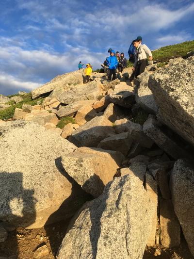 下山 振り返って 岩岩