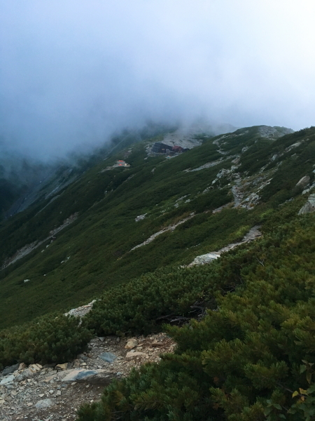 1817トラバース道 北岳山荘が見えてきた