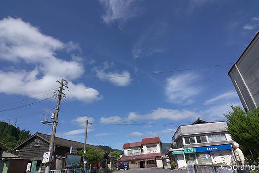 JR九州・久大本線、豊後中村駅、広がる青空と白い雲
