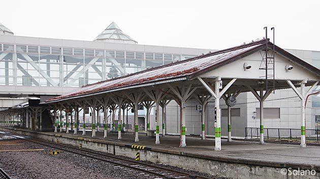 JR北海道・石北本線、北見駅。歴史感じるホームの木造上屋