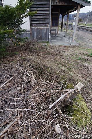 石北本線・下白滝駅の池のある庭園跡と木造駅舎