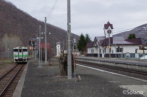 JR北海道・石北本線、白滝駅に停車するキハ40気動車