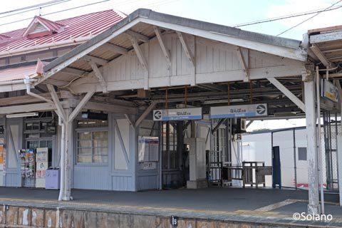 南海・浜寺公園駅駅舎、木造ラッチが並ぶ降車用改札口