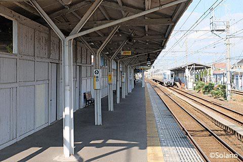 南海浜寺公園駅3番線、木の壁と廃レールを使った上屋の柱