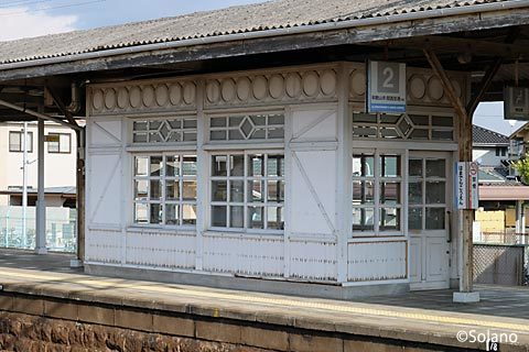 南海・浜寺公園駅、1・2番線上にあるレトロな待合室