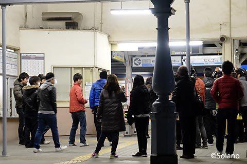 南海浜寺公園駅、明治の駅舎が迎える最終列車を見守る人々