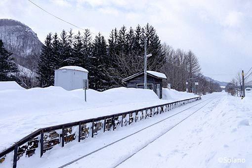 JR北海道・石北本線の秘境駅、旧白滝駅のホームと待合室