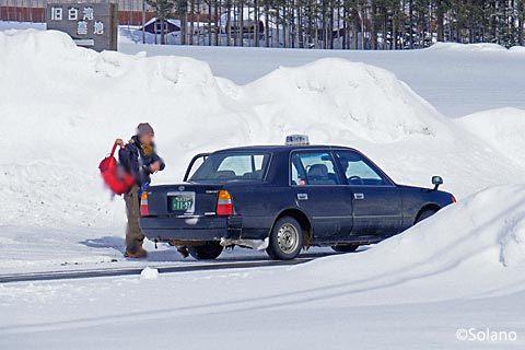 再び旧白滝駅にやってきた白滝ハイヤーの車